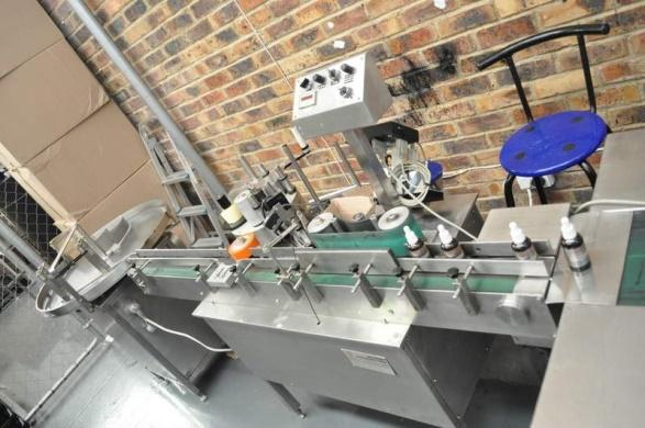 Fully automated round bottle labelling machine with turn table